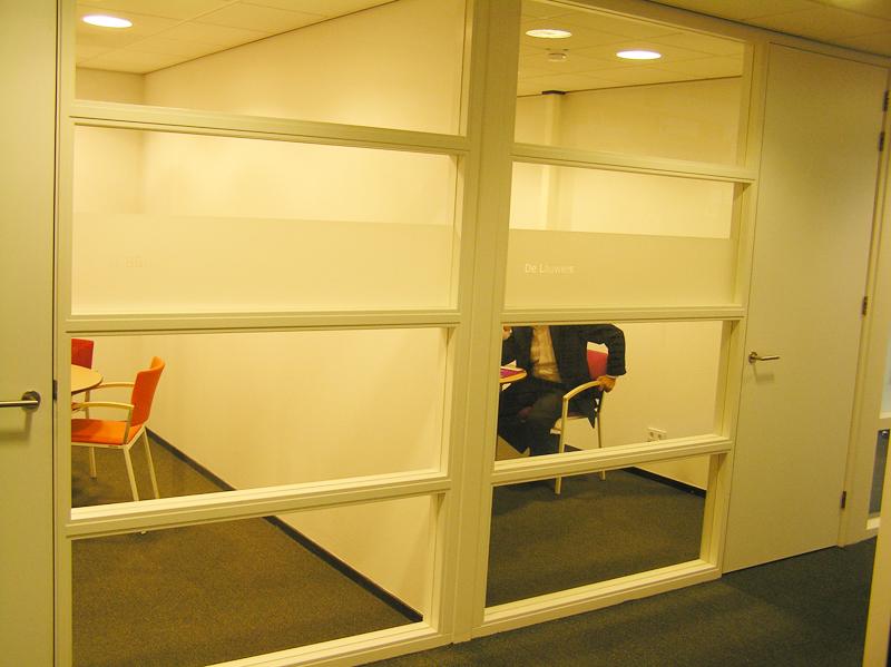 Glasfolie met namen van vergaderruimtes voor Thús Wonen